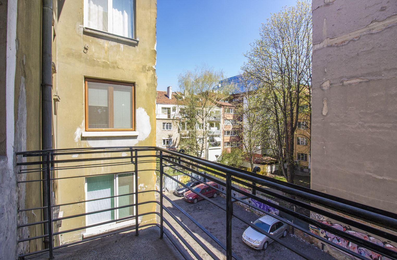 Южен апартамент с три спални до Френската гимназия